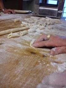 Il tocco magico per preparare gli gnocchi alla perfezione: le mani di Laura Malinverno del Caffè La Crepa di Isola Dovarese (CR)