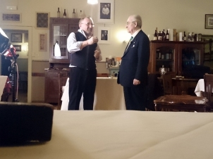 Fausto Malinverno con Gualtiero Marchesi all'interno del Caffè La Crepa